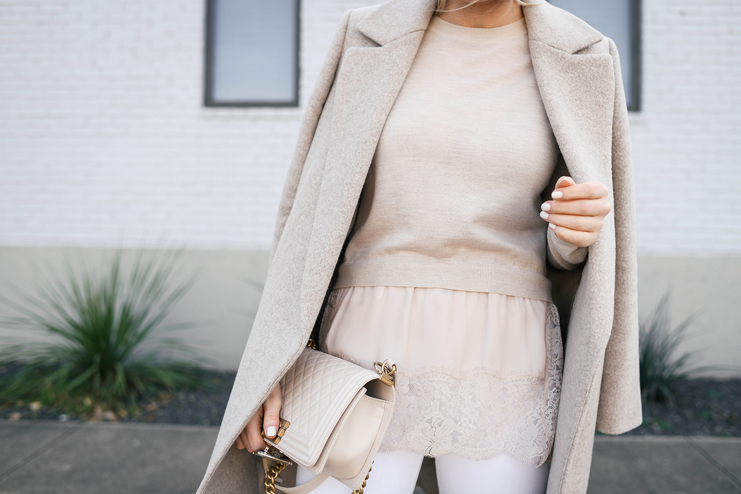 659bbc7447 WHITE JEANS THREE WAYS // HOW TO TRANSITION THEM FROM WINTER TO SPRING